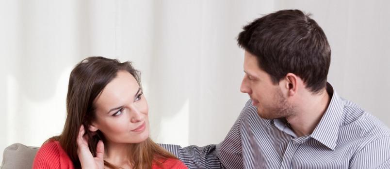 Hommes et femmes amoureux se regardant de près, concept d'amour profond